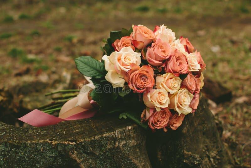 Frühlingshochzeits-Rosenblumenstrauß stockfoto