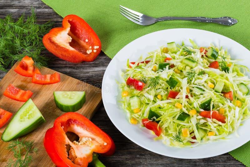 Frühlingskohlsalat mit grünem Pfeffer, Mais, Gurke und Dill stockbilder