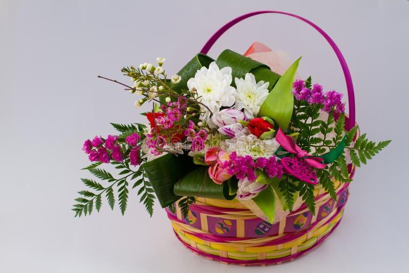 Frühlingskorb von Blumen stockfotos