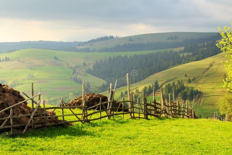 Frühlingslandschaft in den Karpatenbergen mit Zaun lizenzfreie stockfotos