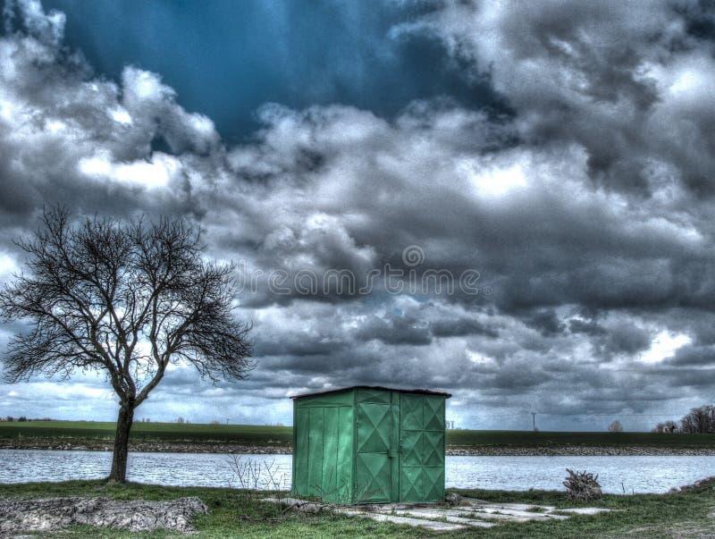 Frühlingslandschaft mit einem Teich stockfotos