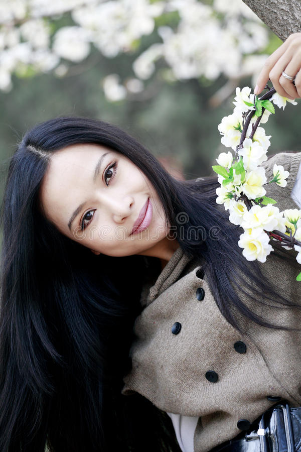 Frühlingsmädchen mit Girlanden stockbilder