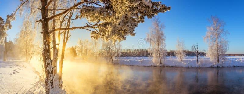 Frühlingsmorgenlandschaft mit Nebel und einem Wald, Fluss, Russland, Ural stockfoto