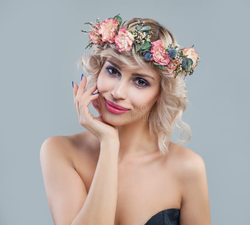 Frühlingsporträt der netten Frau in den Blumen krönen Schönes Modell mit dem Lächeln des kurzen Haares und des Makes-up stockfoto