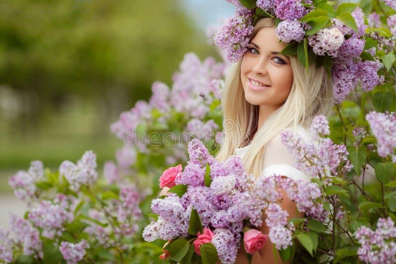 Frühlingsporträt eines schönen Mädchens mit Flieder stockfoto