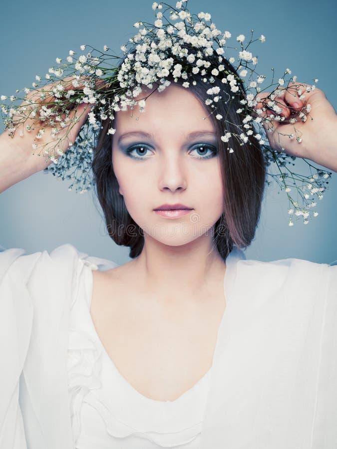 Frühlingsporträtmädchen mit Kranz der Blumen lizenzfreies stockbild