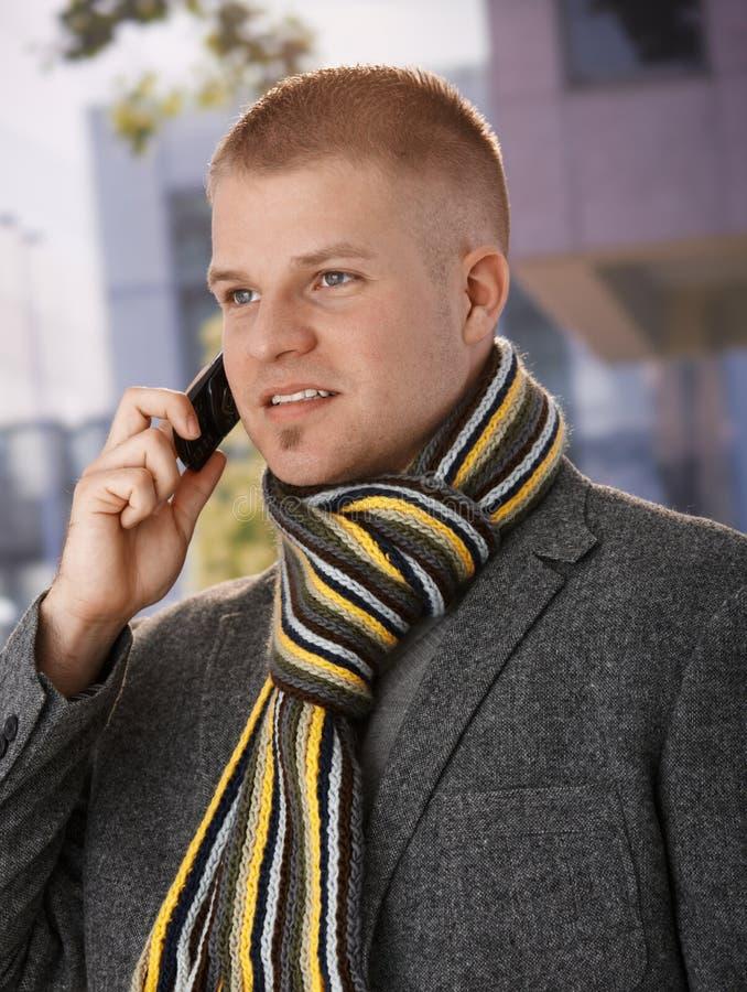 Frühlingsportrait des Kerls mit Mobiltelefon lizenzfreie stockbilder
