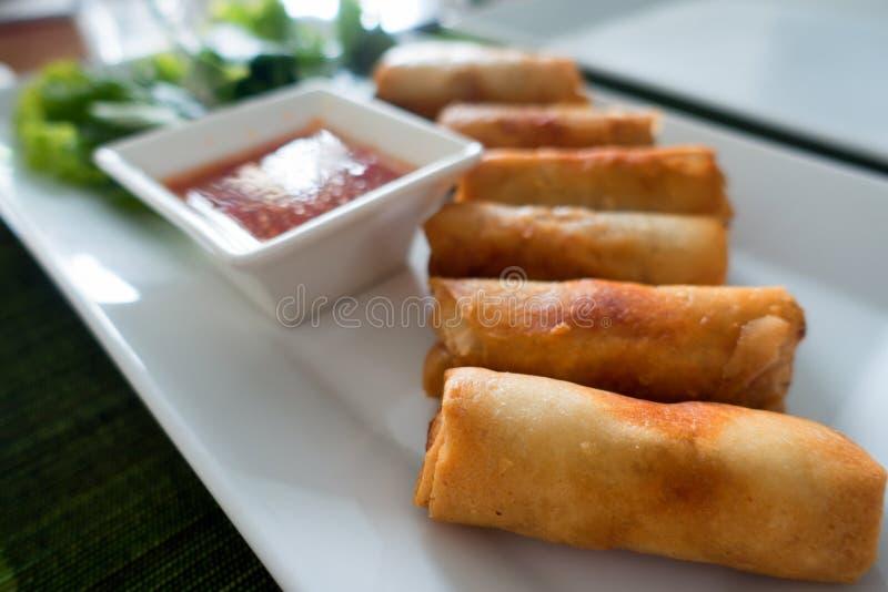 Frühlingsrollen mit Garnele mit süßer Chili-Sauce Asiatische Küche stockfotos