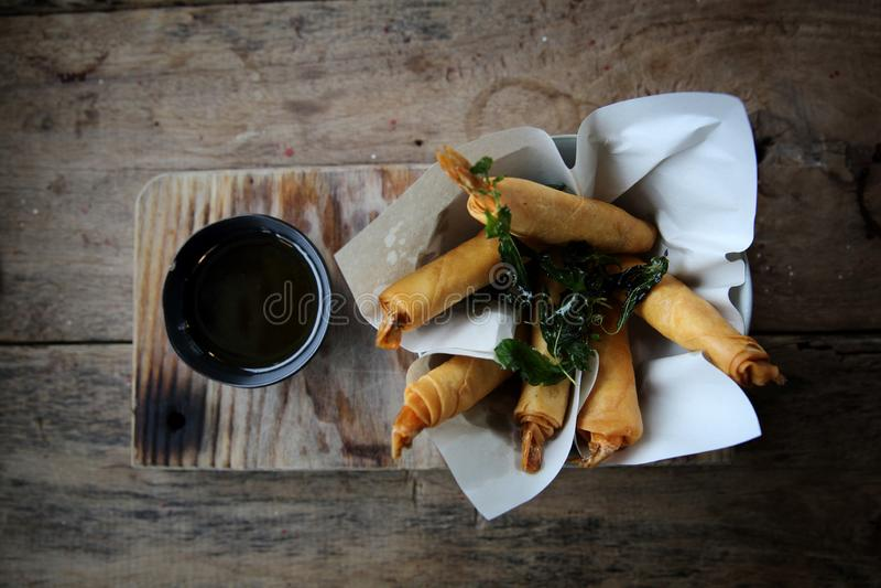 Frühlingsrollen mit Garnele mit süßer Chili-Sauce, asiatische Nahrung stockfotografie