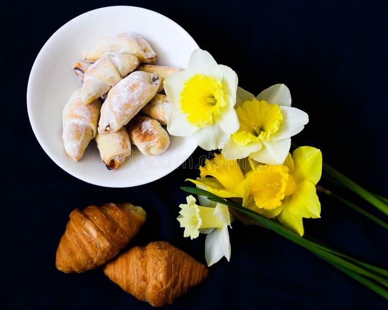 Frühlingsstillleben mit Blumen und Backen lizenzfreie stockfotos