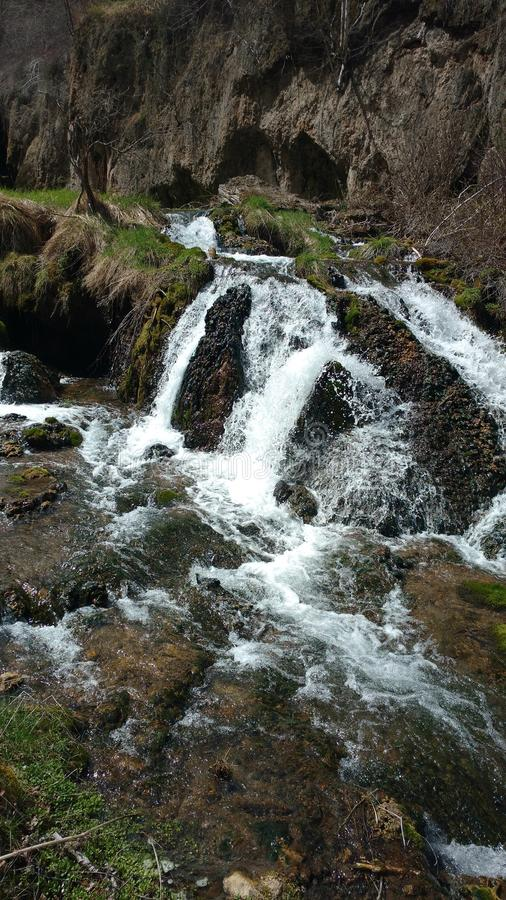 Frühlingswasserfall stockbild