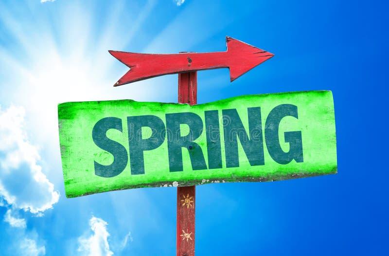 Frühlingszeichen mit Himmelhintergrund lizenzfreies stockfoto