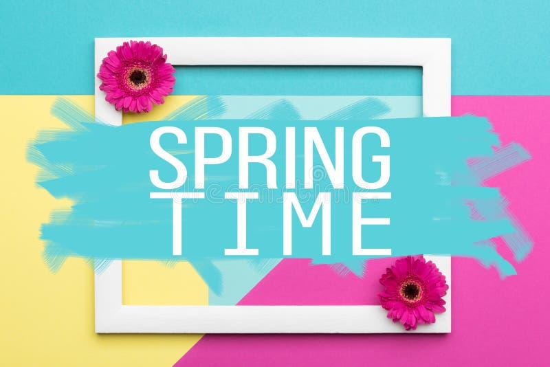 Frühlingszeit-Blumenebene legen Minimalismusgrußkarte stock abbildung