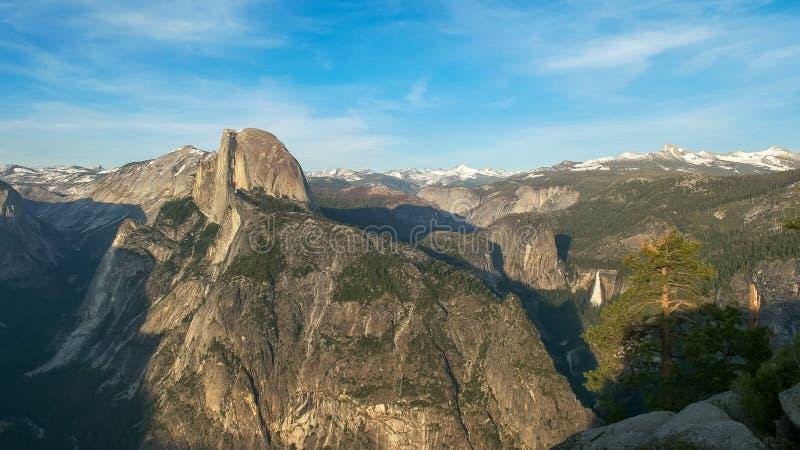 Frühlingszeit geschossen von der halben Haube und von Nevada-Fällen vom Gletscherpunkt in Yosemite lizenzfreies stockbild