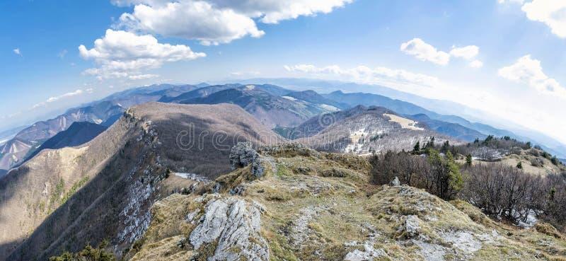 Frühlingszeit in Klak-Hügel, Slowakei, Panorama stockfotos