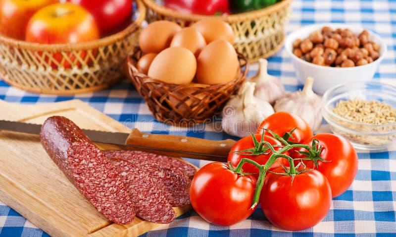 Frühstück auf checkered Tischdecke lizenzfreies stockbild