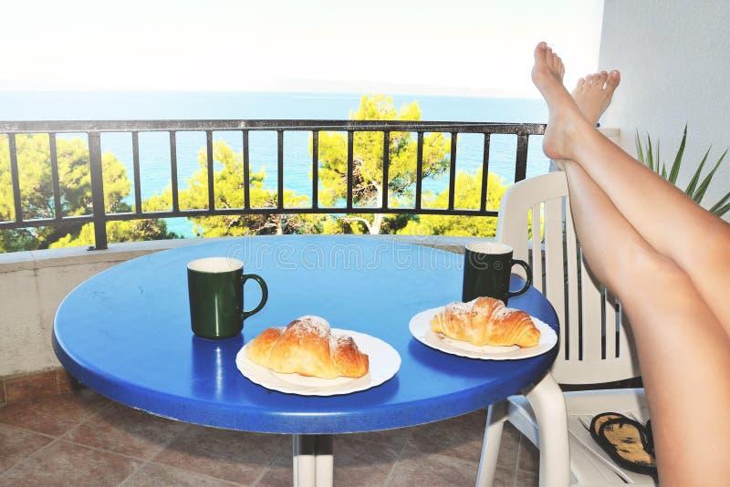 Frühstück auf dem Balkon lizenzfreies stockbild