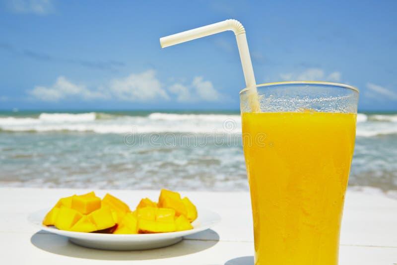 Frühstück auf dem Strand lizenzfreies stockfoto
