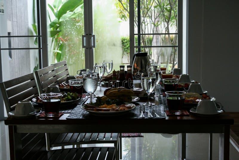 Frühstück auf dem Tisch in den Wohnungen stockfotos