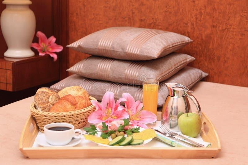 Frühstück auf einem Bett. stockbild