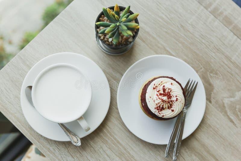 Frühstück auf Spitzentabelle stockfoto
