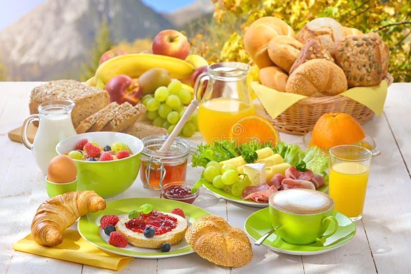 Frühstück in den Bergen lizenzfreie stockfotografie