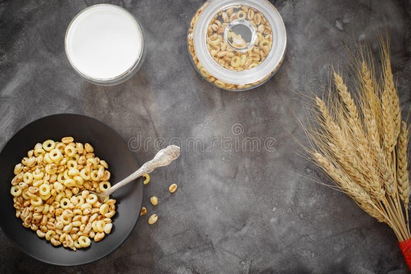 Frühstück des Getreides mit Milch und ein Bündel Weizenähren, Kopienraum für Text lizenzfreies stockfoto