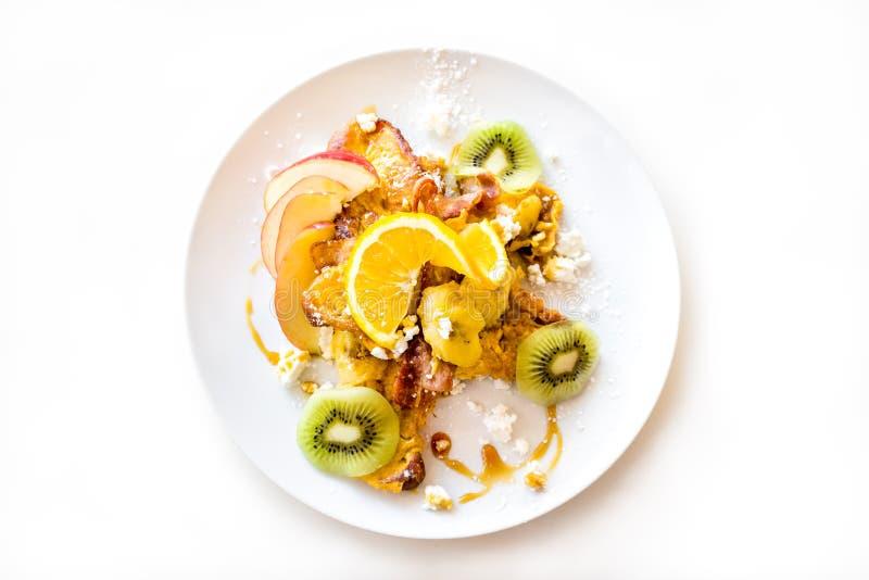 Frühstück des Hörnchen-französischen Toasts auf weißer Platte lizenzfreie stockbilder