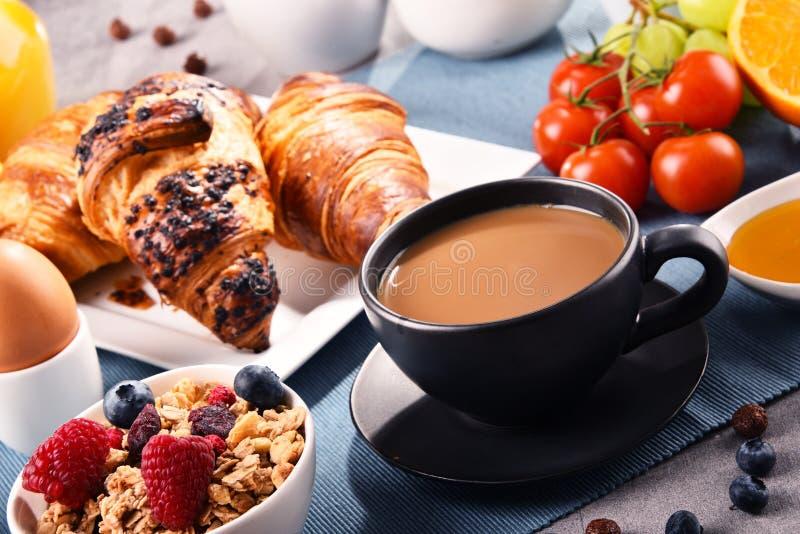 Frühstück diente mit Kaffee, Saft, Hörnchen und Früchten stockfoto