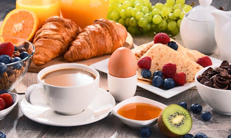 Frühstück diente mit Kaffee, Saft, Hörnchen und Früchten stockbilder