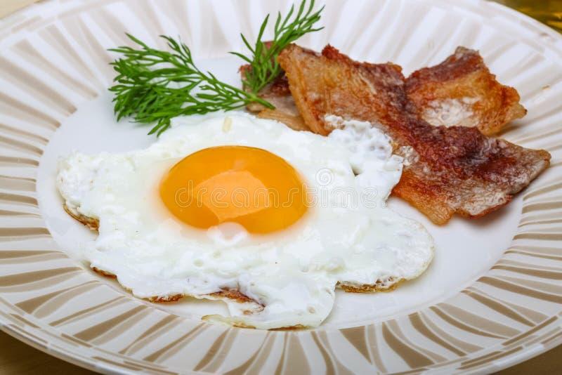 Frühstück - Ei mit Speck stockbilder