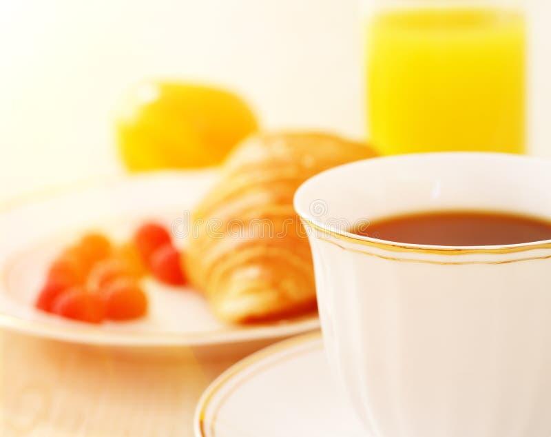 Frühstück. Ein Tasse Kaffee, Hörnchen stockbild