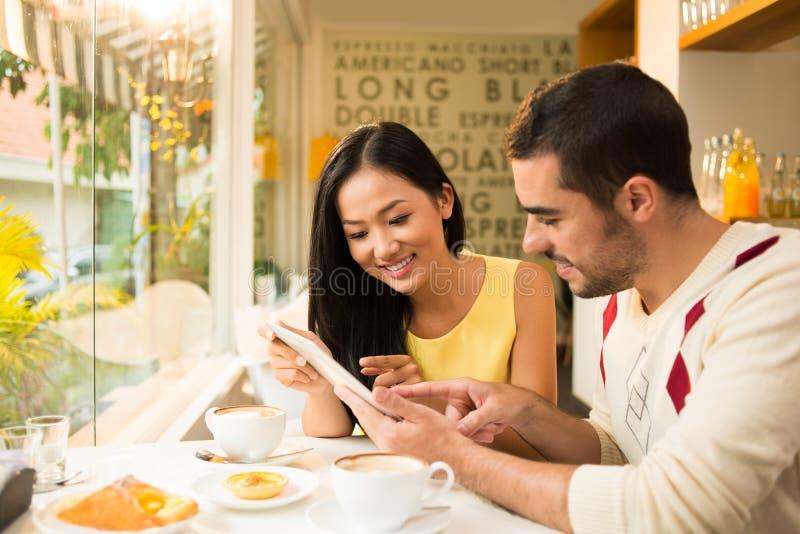 Frühstück an einem Café lizenzfreie stockbilder