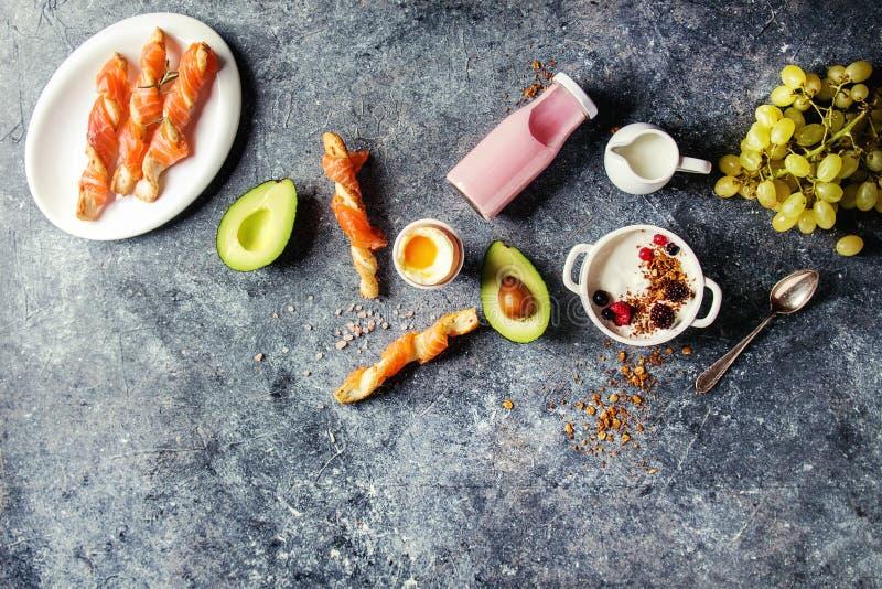 Frühstück eingestellt mit Lachsen und Jogurt lizenzfreies stockbild