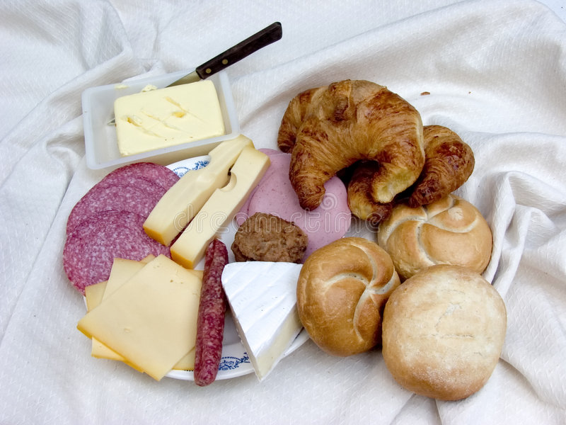 Frühstück, frisches Brot, Käse und Fleisch. lizenzfreies stockfoto