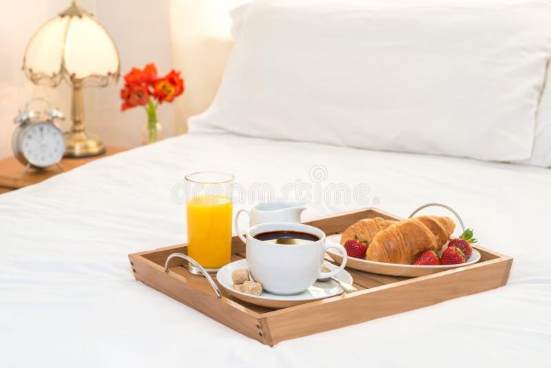 Frühstück gedient im Bett stockbild