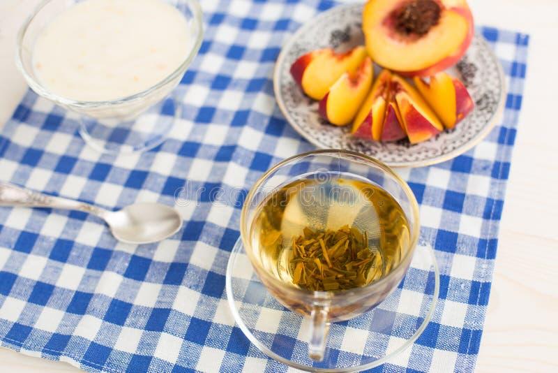 Frühstück. Grüner Tee, youghurt und Pfirsich stockfotografie