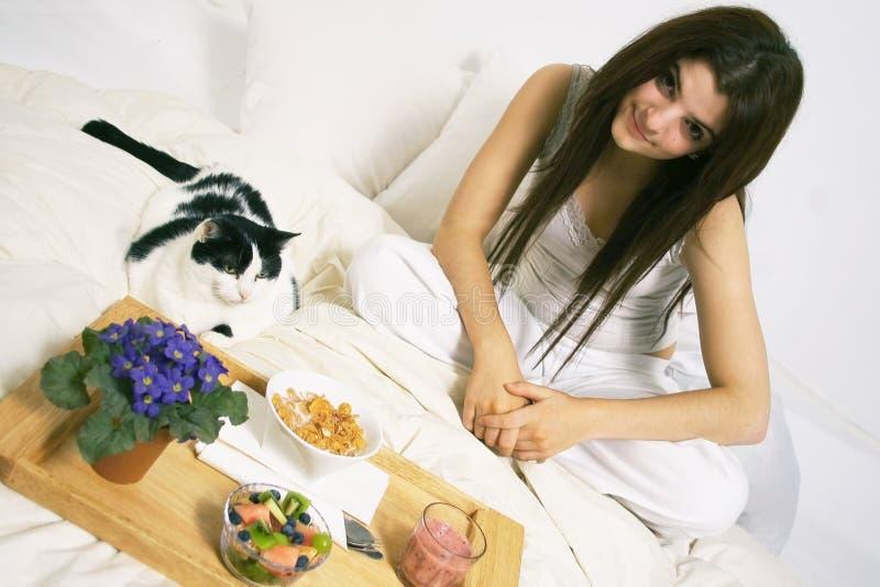 Frühstück im Bett stockfotografie