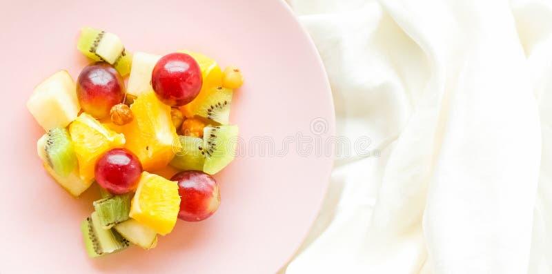 Frühstück im Bett, saftiger Obstsalat auf Seide, flatlay Nahrung, Nähren und gesunder Lebensstil angeredetes Konzept lizenzfreie stockfotografie