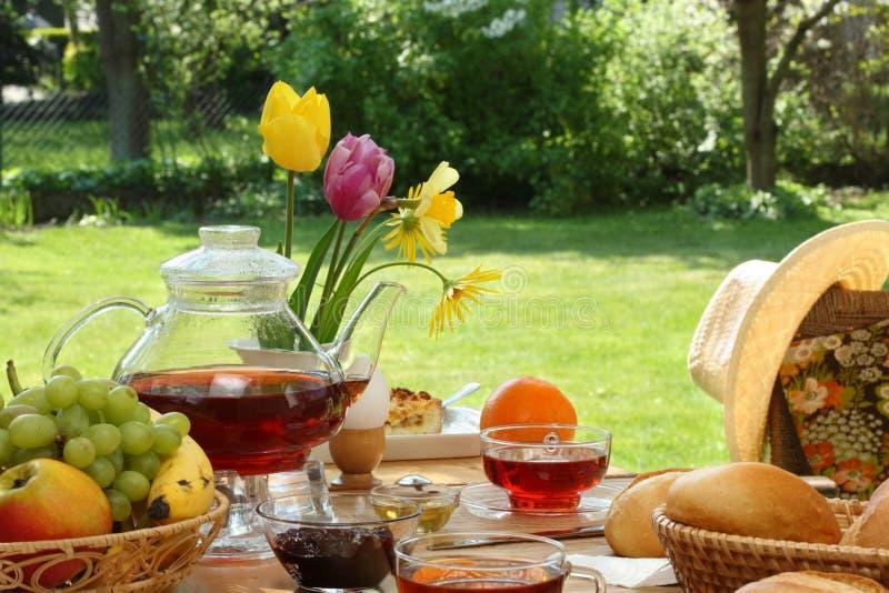 Frühstück im Garten. stockfotos
