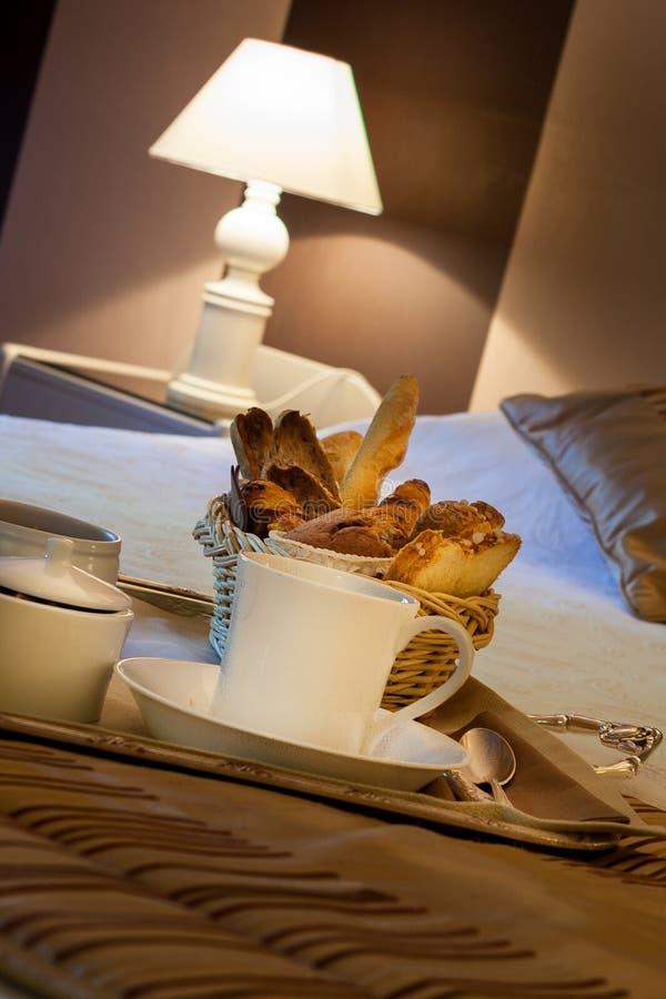 Frühstück im Hotelzimmer lizenzfreie stockfotos