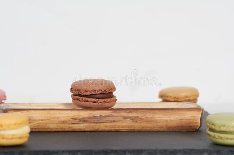 Frühstück macarons hölzerner Schiene lizenzfreies stockfoto