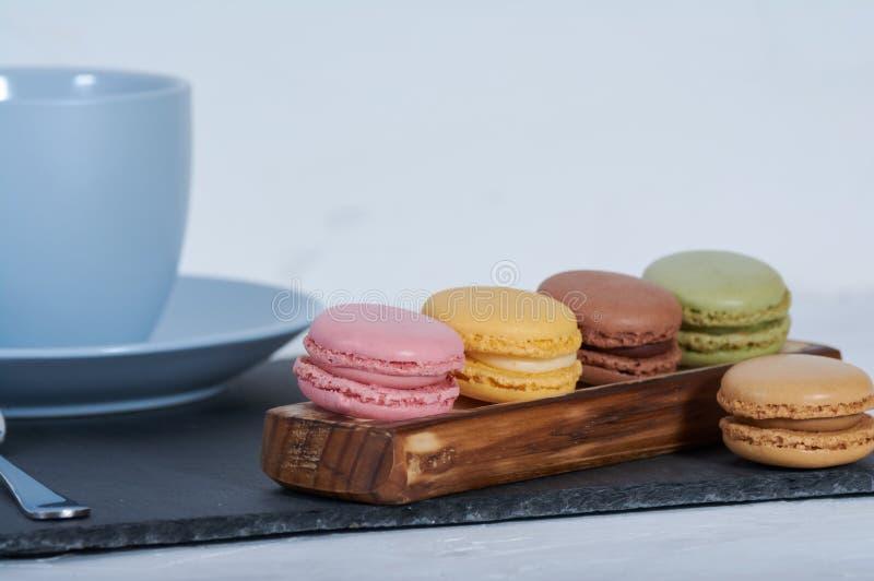 Frühstück macarons hölzerner Schiene lizenzfreies stockbild