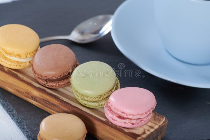 Frühstück macarons hölzerner Schiene lizenzfreie stockfotografie