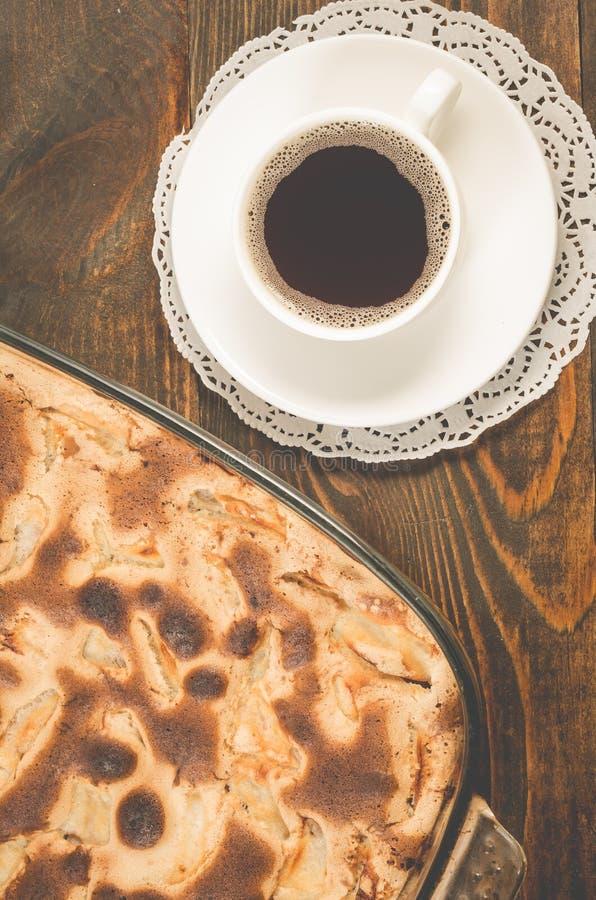 Frühstück mit Apfelkuchen und eine Schale des schwarzen Kaffees/der frischen Torte und Schale wohlriechender schwarzer Kaffee auf stockbild