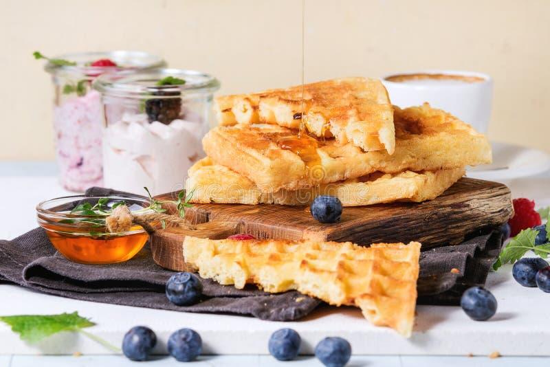 Frühstück mit belgischen Waffeln lizenzfreie stockbilder