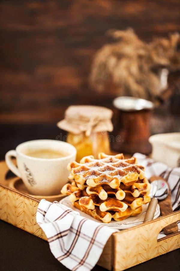 Frühstück mit belgischen Waffeln, Stau und Kaffee auf Behälter, rustikales b lizenzfreies stockbild