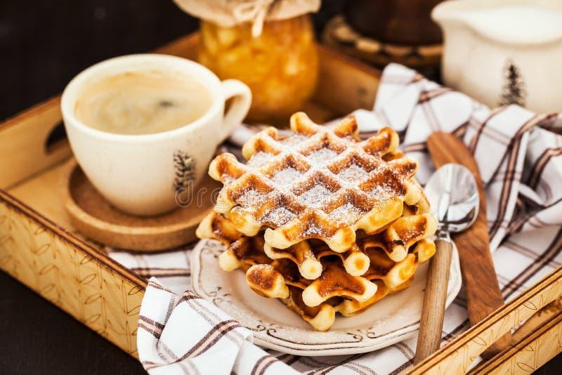 Frühstück mit belgischen Waffeln, Stau und Kaffee auf Behälter, rustikales b stockfotografie