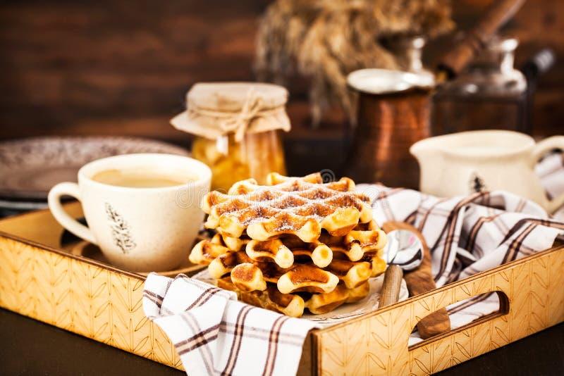Frühstück mit belgischen Waffeln, Stau und Kaffee auf Behälter, rustikales b stockbild