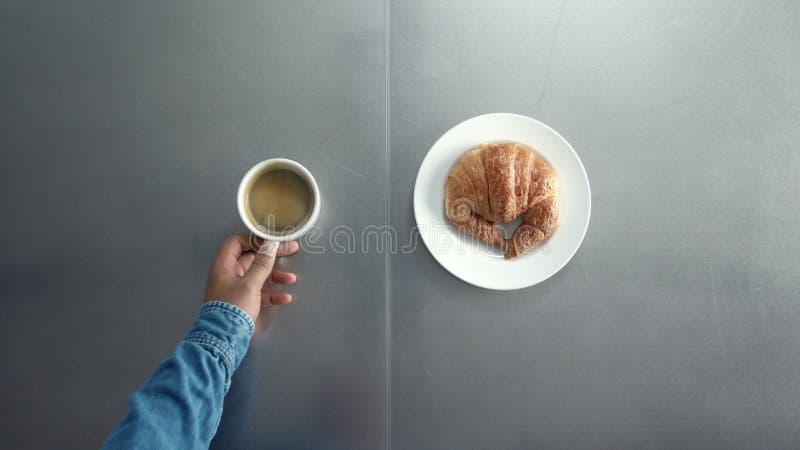 Frühstück mit coffe und croisant stockbilder
